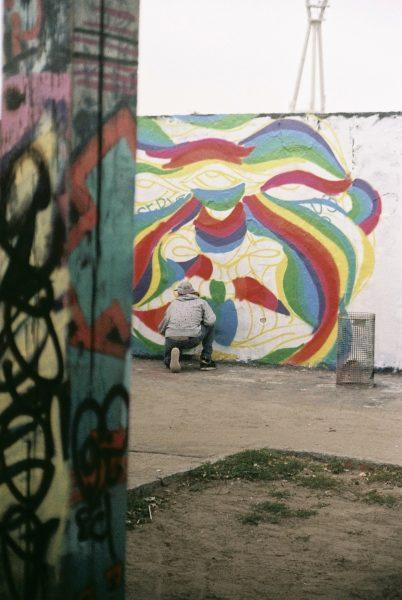 Hans From Space spraying Graffiti Berlin Mauerpark bunt Seitenansicht
